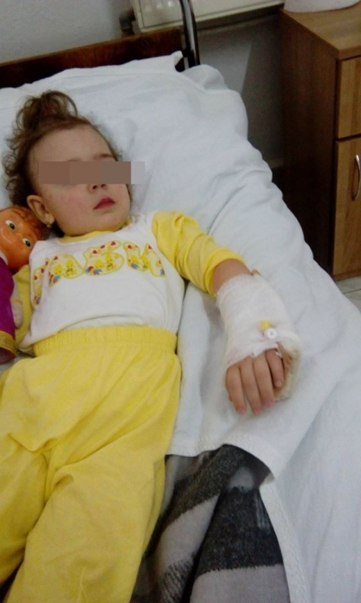 Безхаберна сестра от детска градина обезобрази бебе и го прати в болница (СНИМКИ 18+)
