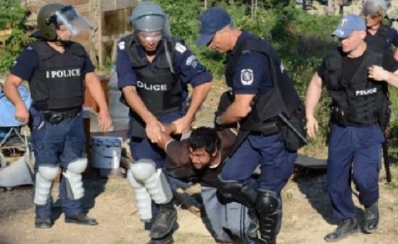 Екшън в Сливен! БТВ предава: Полиция нахлу в ромския квартал, стрелба! Тежко ранен полицай и хора