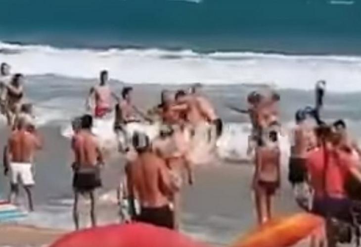 Обрат с ВИДЕОТО, което втрещи хиляди: Тумбата роми, спретнали свиреп екшън на несебърския плаж, се оказаха...
