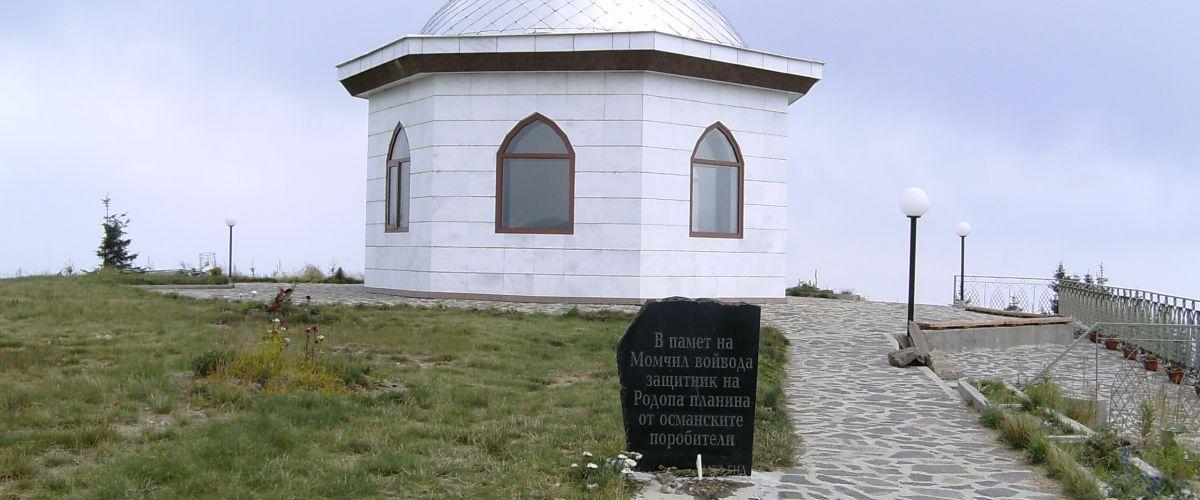 Паметник на поробителя в сърцето на Родопа планина