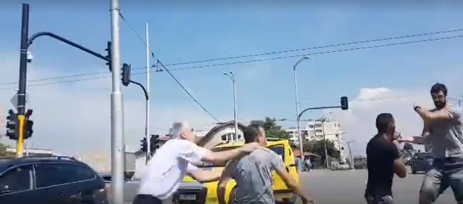 Зверско меле на оживено кръстовище в София, след боя момче е с прорезни рани (ВИДЕО)