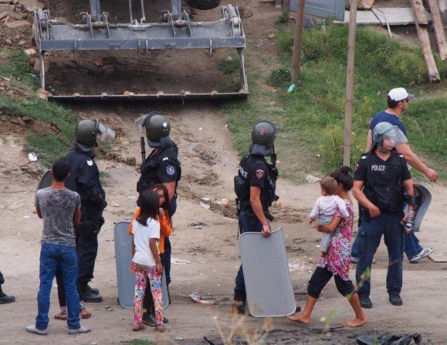 """Деца от """"Максуда"""" хвърлят камъни по колите на новия бул. """"Левски"""""""